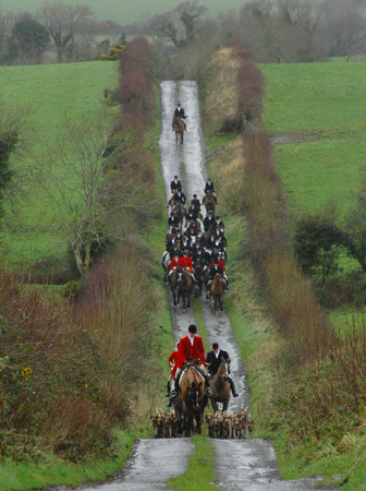 Incoming_County_Louth_Foxhounds_huntsman_Alan_Reilly_at_The_Valley_Inn_meet
